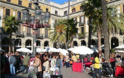 """Un estudio de la URV concluye que la ocupación de los cruceristas de los espacios públicos en Barcelona """"expulsa"""" al vecindario y a los otros turistas"""