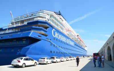 La APT decide frenar las 'carreras' de los taxistas para captar clientes de los cruceros