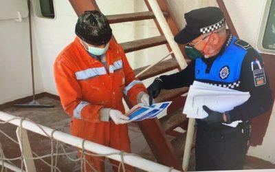 La policía portuaria informa a las tripulaciones sobre las medidas ante el Covid-19
