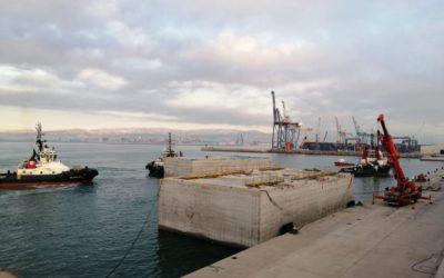 El puerto de Castellón instala los cajones de hormigón construidos en Tarragona